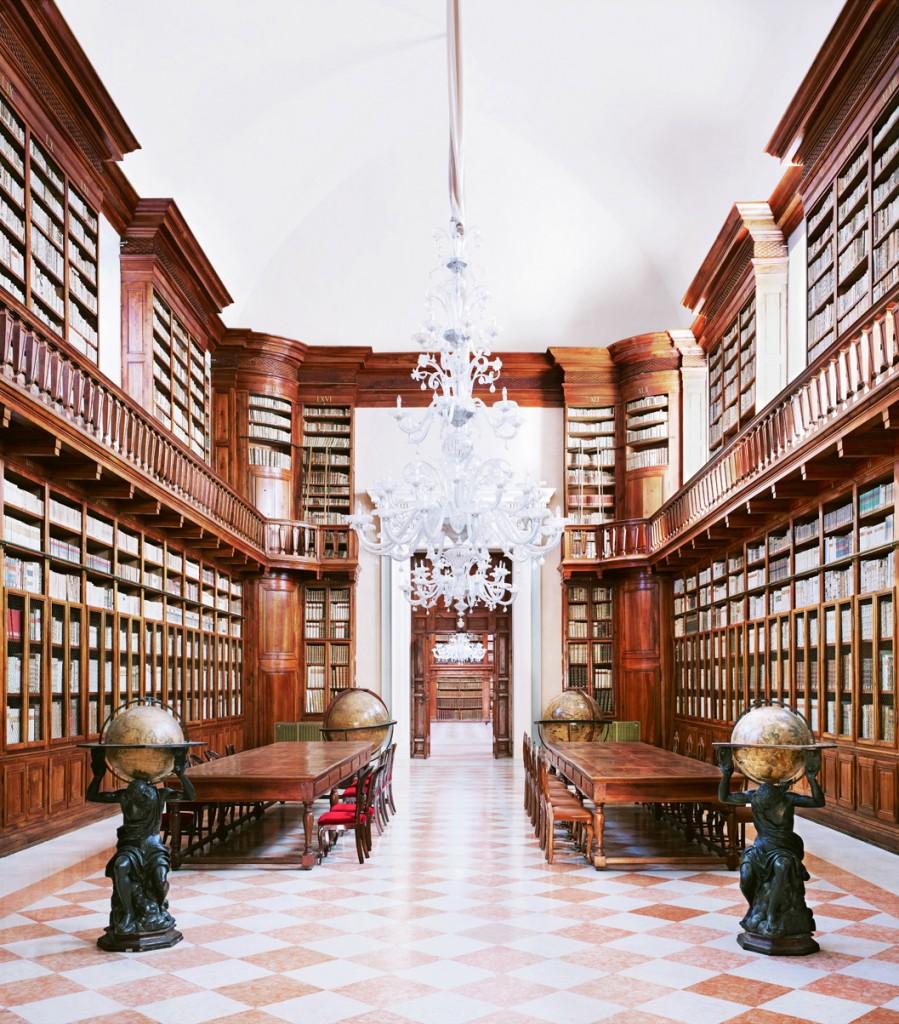 Biblioteca Teresiana Mantua I 2010. © 2013 Candida Ho?fer, VG Bild-Kunst, Bonn. Courtesy of Ben Brown Fine Arts